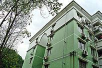 仰视绿色的住宅楼