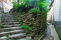 用石板砌成的挡土墙和阶梯