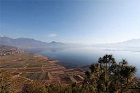 远观山脉环绕拉市海景色