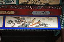 建筑上彩绘的枝头上的两只喜鹊图片