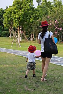 公园里散步的一对母女