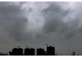 灰色乌云和远处的建筑工地