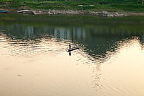 江上一渔船