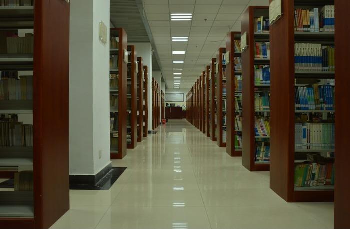 图书馆阅览室的书架