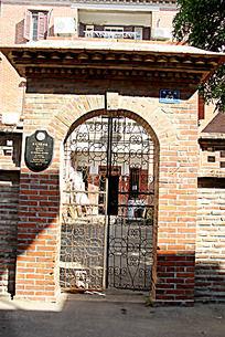 复古红砖建筑铁艺门