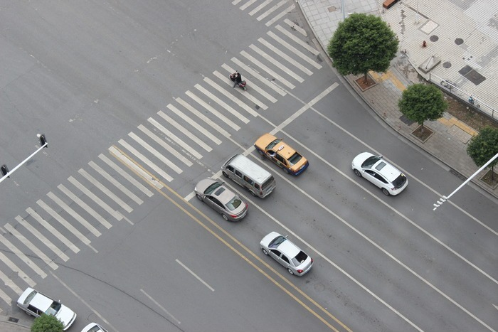 城市斑马线旁等绿灯的小车