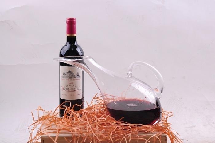 带有醒酒器的法国葡萄酒