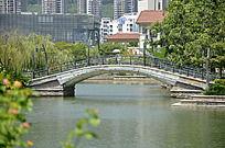 湖与桥的自然结合优美而典雅