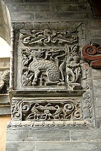 青砖上雕刻的神兽图案花纹