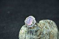 石头上的银镶粉玉髓戒指带大钻