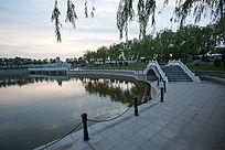 夕阳小桥水面垂柳