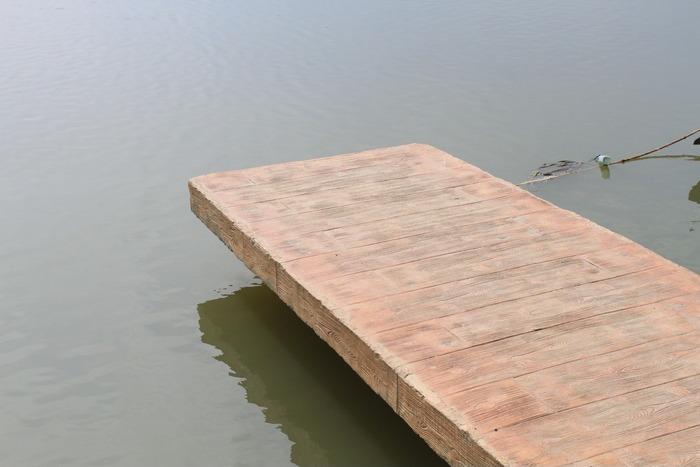 河边的小木桥图片