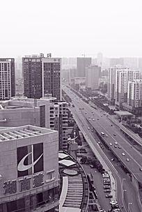 黑白摄影湖南建工集团旁的城市道路