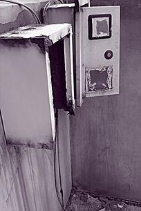 黑白摄影天台墙角的破旧电表箱