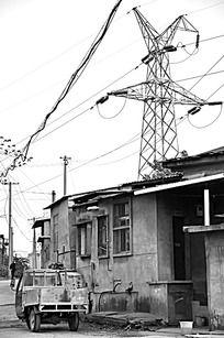 黑白小镇信号塔边上的小平房和三轮车