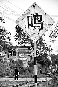 铁轨边的方形鸣牌黑白摄影