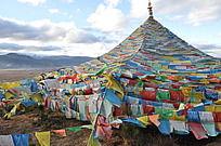 云南藏区随风飘动的五色经幡三角旗