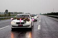 雨中公路行进的婚礼车队