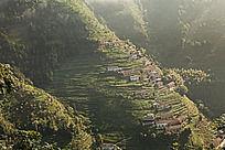坐落在高山梯田中的村落