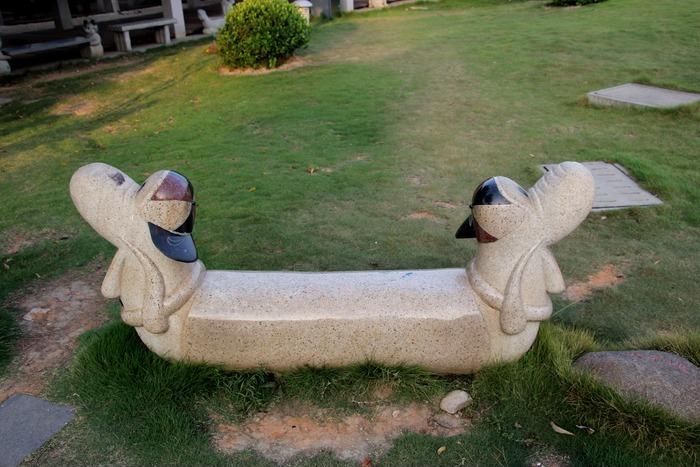 公园里的石凳