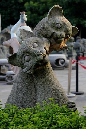 两只依偎在一起的猫咪石像
