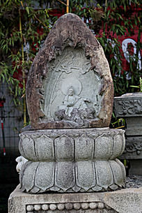 莲花盘上的玉石观音雕刻艺术