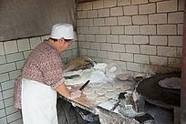 青州东关古街手工制作的清真传统食品夹馅烧饼