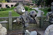 踢足球的熊雕像