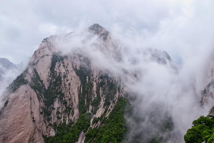 云雾中的一座山峰