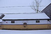 白雪覆盖的农村房子