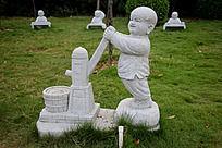打水的小和尚石雕艺术摄影