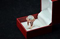 盒子里的花型白玉髓戒指