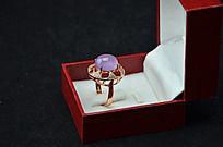 盒子里的时尚镂空粉玉髓戒指