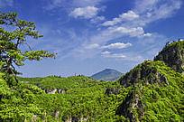 蓝天白云下起伏的山峰