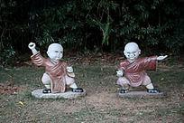两个打拳的小和尚石雕