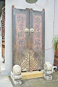 木质门和浮雕雕刻怀旧复古掉漆石墩对联