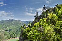 崆峒山悬崖下的湖泊