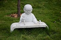 写字的小和尚石雕艺术图片摄影