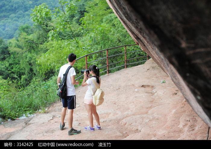 一起登山的情侣小伙伴背影二图片