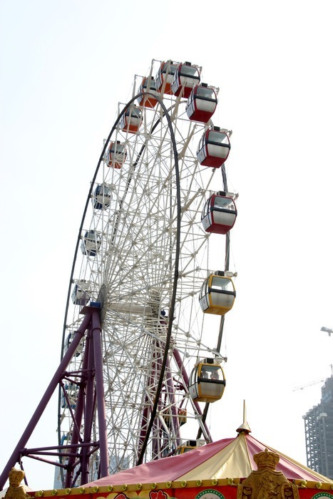 游乐园里的摩天轮图片