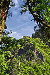 远方山顶上的寺庙