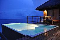 傍晚度假屋前游泳池