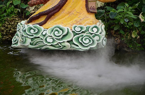 菜博会雕塑底座与水面上的雾气
