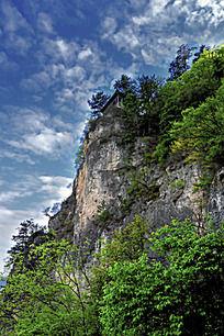 蓝天白云下的悬崖峭壁