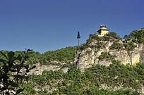 悬崖边的一棵树和一座寺庙