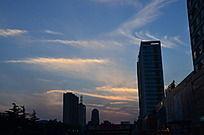 傍晚的城市建筑剪影