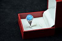 盒子里的蓝玉髓戒指