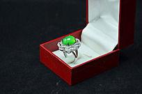 盒子里的双层花型绿玉髓戒指俯拍