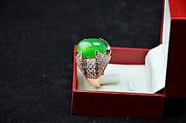 盒子里的椭圆形男款绿玉髓戒指侧拍