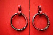 红色大门上的铁圈门扣